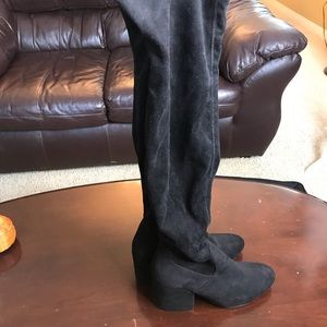 Black knee-/slightly thigh high skin tight boots